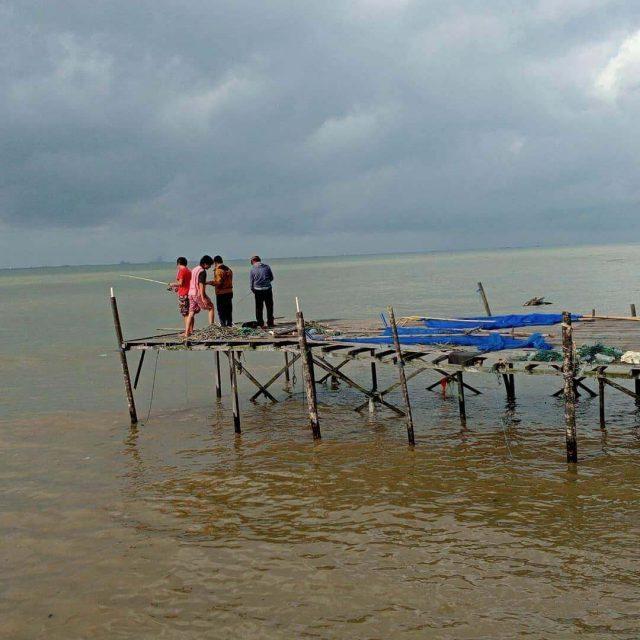 Dermaga Ambruk Diterjang Ombak, Pemancing Tercebur ke Laut - Headline Kaltim