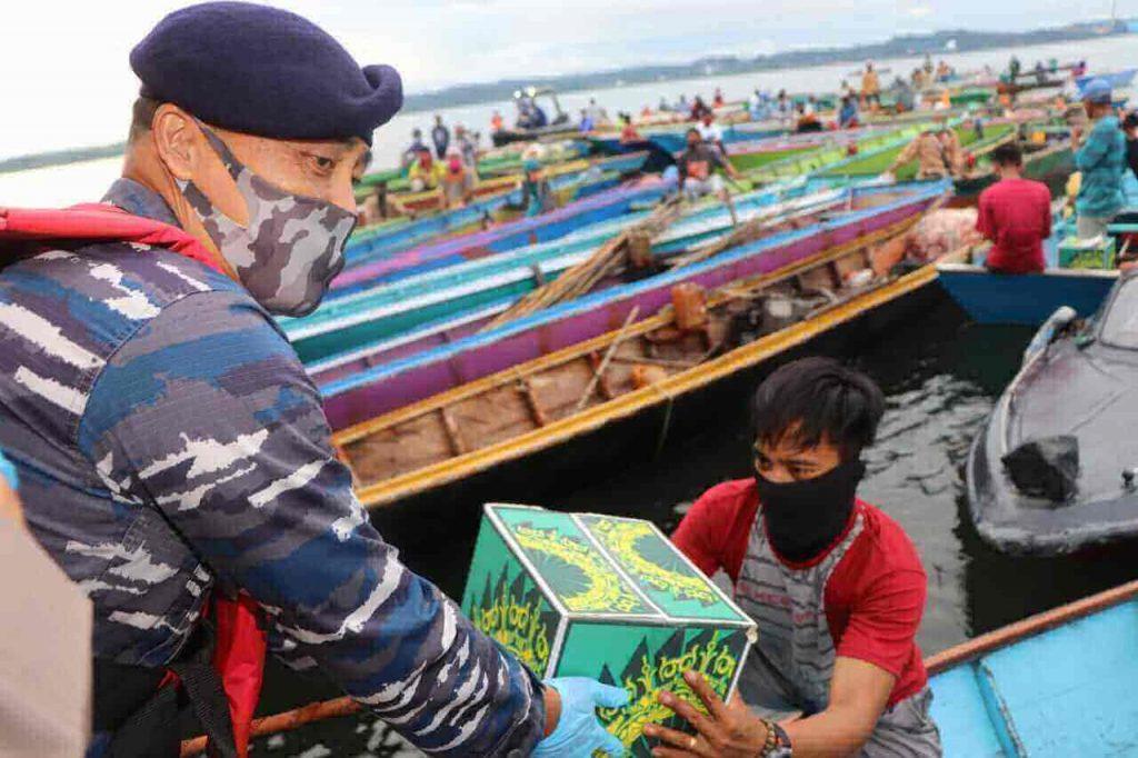 TNI dan Polri Sebar Sembako ke Nelayan PPU - Headline Kaltim