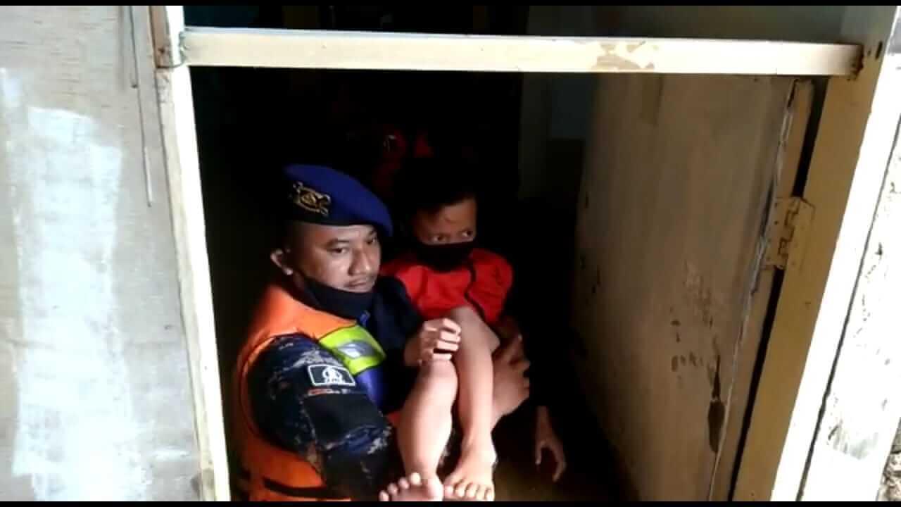 Petugas Evakuasi Enam Bocah Terjebak Banjir di Balikpapan