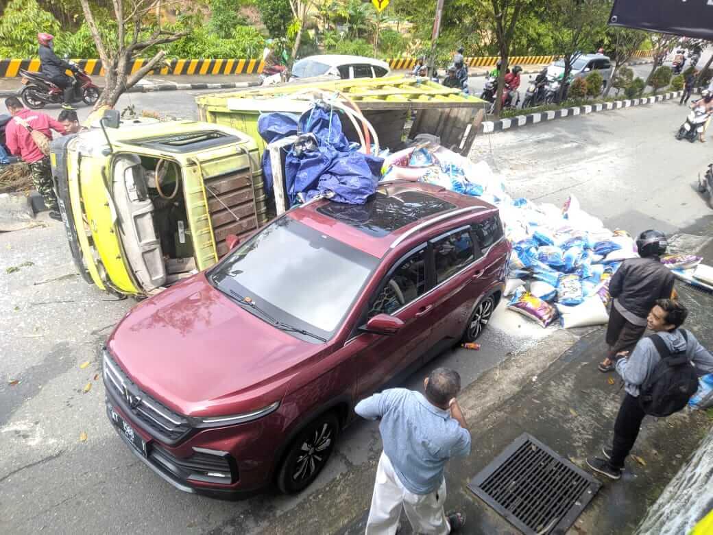 truk terguling di tanjakan sumber rejo