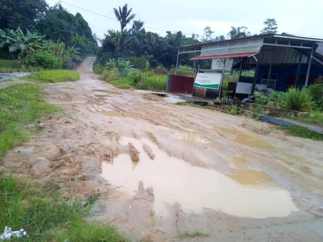 Akses Jalan Keluar Masuk Kampung Mangkujenang Memprihatinkan