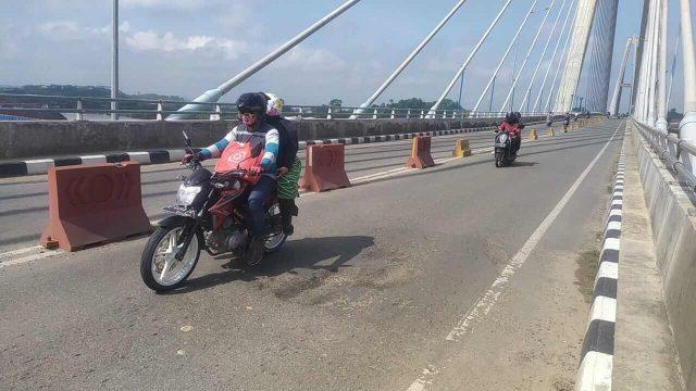 Aspal Jembatan Mahkota II Bopeng, Pengendara Mengeluh - headlinekaltim.co