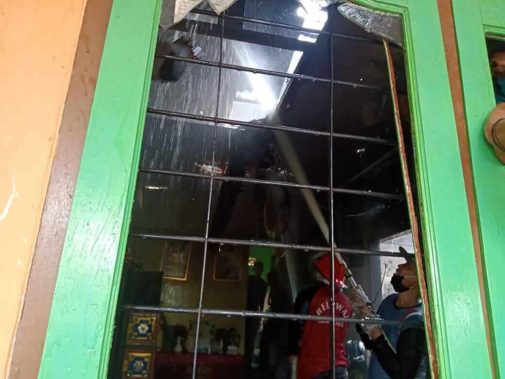 Diduga Korsleting, Rumah Warga di Perum PKL Dijilat Si Jago Merah - headlinekaltim.co
