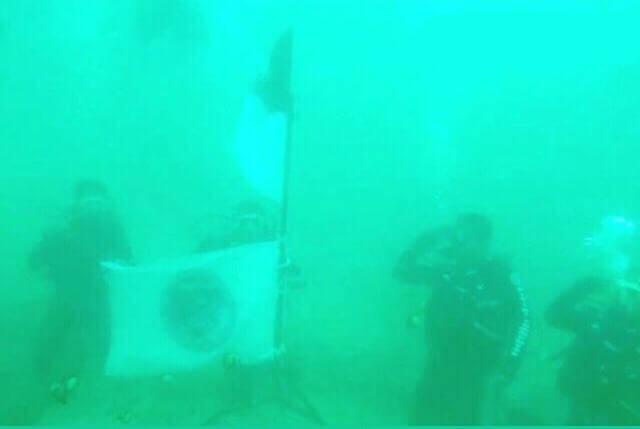 Komunitas Peselam PPU jamrut diving community Kibarkan Bendera Merah Putih di Kedalaman Laut