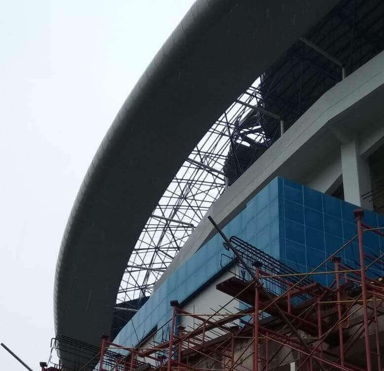 Angin Kencang Terbangkan Atap Stadion Batakan - headlinekaltim.co