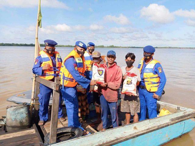 Ditpolairud Polda Kaltim Bagikan Beras dan Masker ke Nelayan - headlinekaltim.co