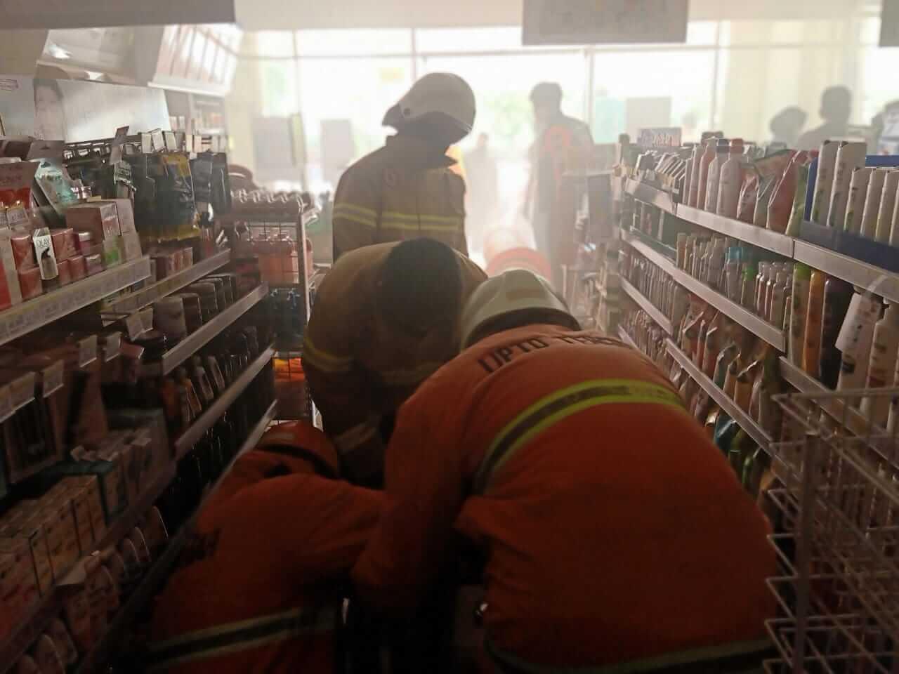 Indomaret Nyaris Terbakar, Asap Mengepul dari Gudang - headlinekaltim.co