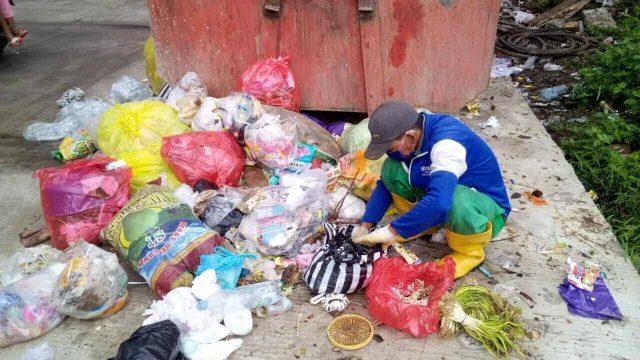 Kena PHK, Pria Ini Memulung Makanan Sisa untuk Pakan Ternaknya - phk dampak pandemi
