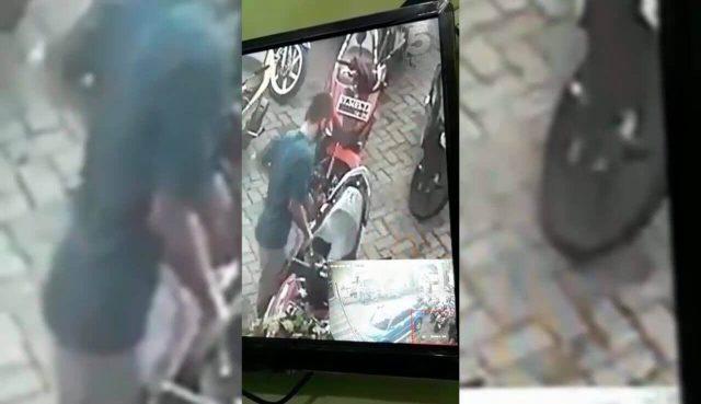 Mampir Salat Duhur, Rp 30 Juta di Jok Motor Raib, Pelaku Terekam CCTV Masjid - headlinekaltim.co