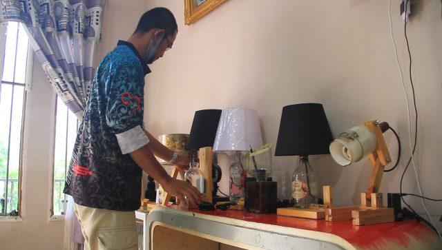 Keluar dari Perusahaan Migas, Pria Ini Tekuni Kerajinan Lampu Hias dari Bahan Bekas