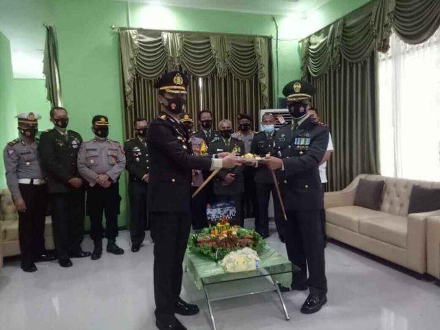 HUT TNI, Dandim 0909Sangatta Dapat Kue Ultah dari Kapolres - headlinekaltim.co