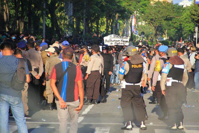 Kepala Kapolresta Balikpapan Berdarah, Bentrok Polisi vs Massa Terhenti oleh Toa Masjid