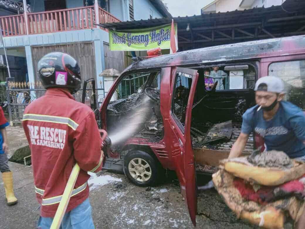berita samarinda hari ini : Mobil Pedagang Bakpao Keliling Ludes Terbakar - headlinekaltim.co